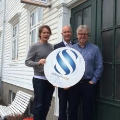 Henning Reme og Arvid Solheim i Blåkors er takknemlig for gaven fra Skillingsfondet. Banksjef Kenneth Engedal i midten.