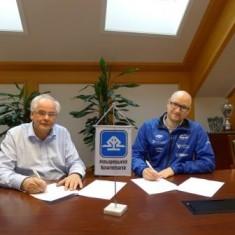 Adm. banksjef Knut Grinde Jacobsen (HS) og daglig leder i Falkeid, Mikael B. Myklebust signerer avtalen.